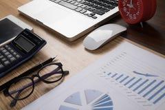 Schreibtischbüro mit Laptop, taplet, Stift, Analysebericht, Taschenrechner Stockfoto