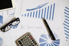 Schreibtischbüro mit Stift, Analysebericht, Taschenrechner Ansicht von der Oberseite Lizenzfreie Stockfotografie