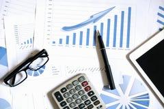 Schreibtischbüro mit Stift, Analysebericht, Taschenrechner Ansicht von der Oberseite Stockfotografie