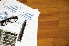 Schreibtischbüro mit Stift, Analysebericht, Taschenrechner Ansicht von der Oberseite Lizenzfreie Stockfotos