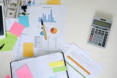 Schreibtischbürogeschäftsfinanzdaten und -taschenrechner Lizenzfreie Stockfotos