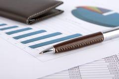 Schreibtischbereich mit Dokumenten und Diagrammen Lizenzfreies Stockfoto