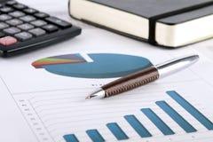 Schreibtischbereich mit Dokumenten und Diagrammen Lizenzfreie Stockfotografie