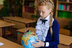 Schreibtische des Mädchens in der Schule Lizenzfreie Stockbilder