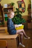 Schreibtische des Mädchens in der Schule Lizenzfreie Stockfotos
