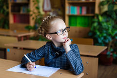 Schreibtische des Mädchens in der Schule Lizenzfreies Stockbild