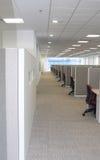 Schreibtische in einer Reihe. Stockbilder