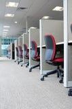 Schreibtische in einer Reihe. Lizenzfreie Stockfotos