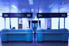 Schreibtische im Flughafen Lizenzfreie Stockfotografie