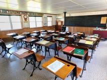 Schreibtische innerhalb eines Schulhauses mit einen Räumen lizenzfreies stockfoto