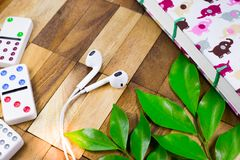 Schreibtische mit Kopfhörer und Notizbuch und Domino Stockfotos