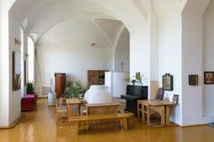 Schreibtische und Bänke in einem Raum für das Unterrichten von Sonntagsschule in der russischen Kirche Lizenzfreies Stockfoto