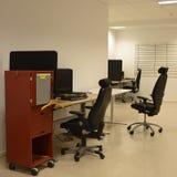 Schreibtische und Stühle Stockfotos