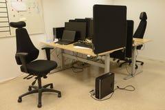 Schreibtische und Stühle Stockfoto