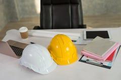 Schreibtische von Ingenieuren mit Laptops, Schutzhelm, digitale Tablette lizenzfreie stockfotografie