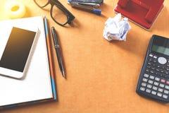 Schreibtischhintergrund mit Taschenrechner, Augengläser auf Notizblock a Lizenzfreie Stockfotos