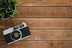 Schreibtischholztisch mit alter Kamera und Baum Draufsicht mit Kopienraum Draufsicht der alten Kamera über Holztisch Lizenzfreies Stockfoto