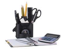 Schreibtischorganisator mit Bürohilfsmitteln lizenzfreie stockbilder