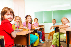 Schreibtischreihen mit den Kindern, die gerade schauen Stockbild