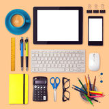 Schreibtischspott herauf Schablone mit Tabletten-, Smartphone- und Büroeinzelteilen Stockbild