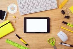 Schreibtischspott herauf Schablone mit Tabletten- und Büroeinzelteilen Ansicht von oben Lizenzfreie Stockfotos