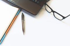 Schreibtischtabelle mit Computer, Laptop, Gläser, Versorgungen, Anmerkung Lizenzfreies Stockfoto