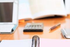 Schreibtischtabelle mit Computer, Taschenrechner, Versorgungen Stockfoto