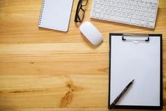 Schreibtischtabelle mit Computer, Versorgungen, Analysediagramm, calcu Stockbilder