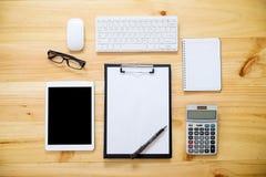 Schreibtischtabelle mit Computer, Versorgungen, Analysediagramm, calcu Lizenzfreies Stockfoto