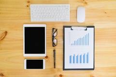 Schreibtischtabelle mit Computer, Versorgungen, Analysediagramm, calcu Stockfotografie