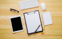 Schreibtischtabelle mit Computer, Versorgungen, Analysediagramm, calcu Stockfoto