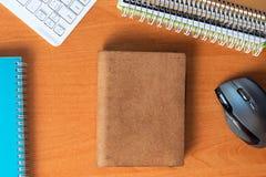 Schreibtischtabelle mit Computer, Versorgungen Kopieren Sie Raum für Text Stockfotos