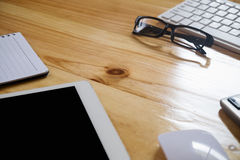 Schreibtischtabelle mit Computer, Versorgungen, Tablette, Taschenrechner, p Lizenzfreie Stockfotografie
