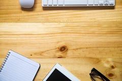 Schreibtischtabelle mit Computer, Versorgungen, Tablette, Taschenrechner, p Lizenzfreie Stockbilder
