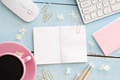 Schreibtischtabelle mit Computer, Versorgungen und Kaffeetasse Stockfotografie