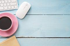 Schreibtischtabelle mit Computer, Versorgungen und Kaffeetasse lizenzfreies stockbild