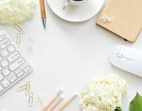 Schreibtischtabelle mit Computer, Versorgungen und Kaffeetasse Lizenzfreies Stockfoto