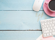 Schreibtischtabelle mit Computer, Versorgungen und Kaffeetasse Lizenzfreie Stockbilder