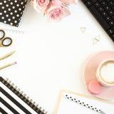Schreibtischtabelle mit Kaffeetasse, Blumen und Computer stockfotografie