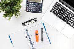 Schreibtischtabelle mit Laptop, Draufsicht des Büroartikels lizenzfreie stockfotografie