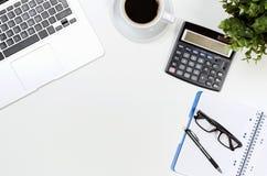 Schreibtischtabelle mit Laptop, Kaffeetasse und Draufsicht der Versorgungen stockfoto