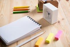 Schreibtischtabelle mit Notizbuch, Uhr und Versorgungen Lizenzfreie Stockbilder