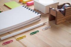 Schreibtischtabelle mit Notizbuch und Versorgungen Lizenzfreie Stockfotografie