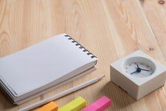 Schreibtischtabelle mit Notizbuch und Versorgungen Stockbild