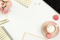 Schreibtischtabelle mit Tasse Kaffee und Blumen lizenzfreies stockbild