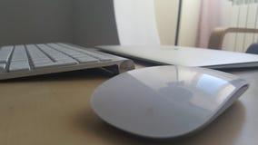 Schreibtischtabelle mit Tastatur, Maus und Laptop Stockbild