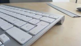 Schreibtischtabelle mit Tastatur und Machthaber Stockfotos