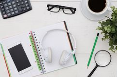Schreibtischtabellenplan mit Kopfhörern und Versorgungen stockbild