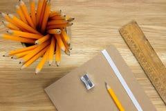 Schreibtischversorgungen auf dem hölzernen Desktop Lizenzfreies Stockfoto