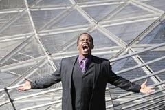 Schreien des schwarzen Mannes ermüdet vom Geschäftsnetz Stockfoto